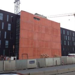 fasáda z červeného betonu