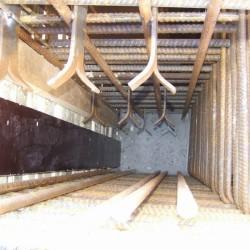 Pohled do bednění s osazenými ocelovými platlemi.